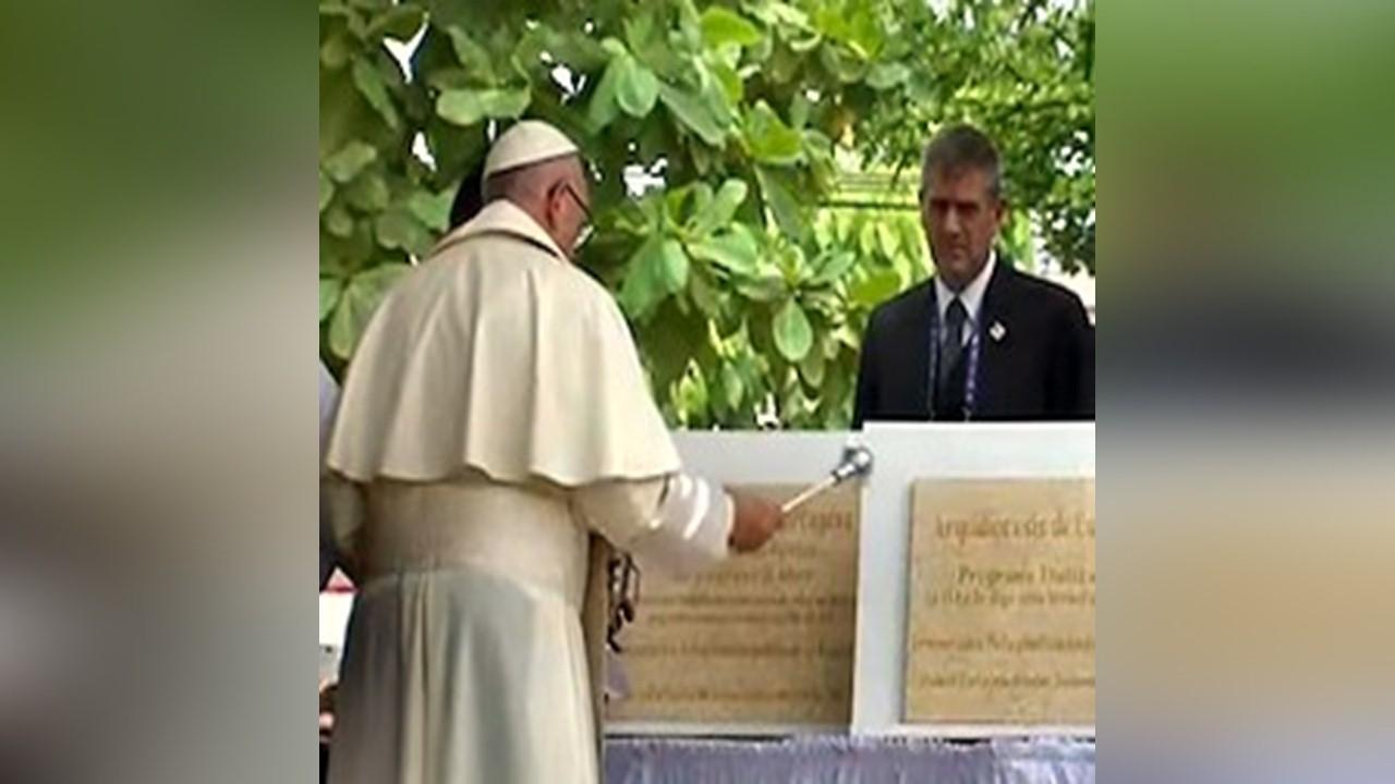 Papa Francisco bendice primera piedra de la obra Talitha Qum