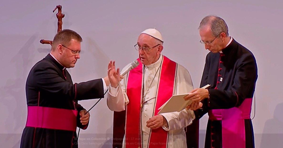 El Papa Francisco alentó a los sacerdotes, religiosos y seminaristas a permanecer en Dios dando siempre testimonio de la alegría de Dios.