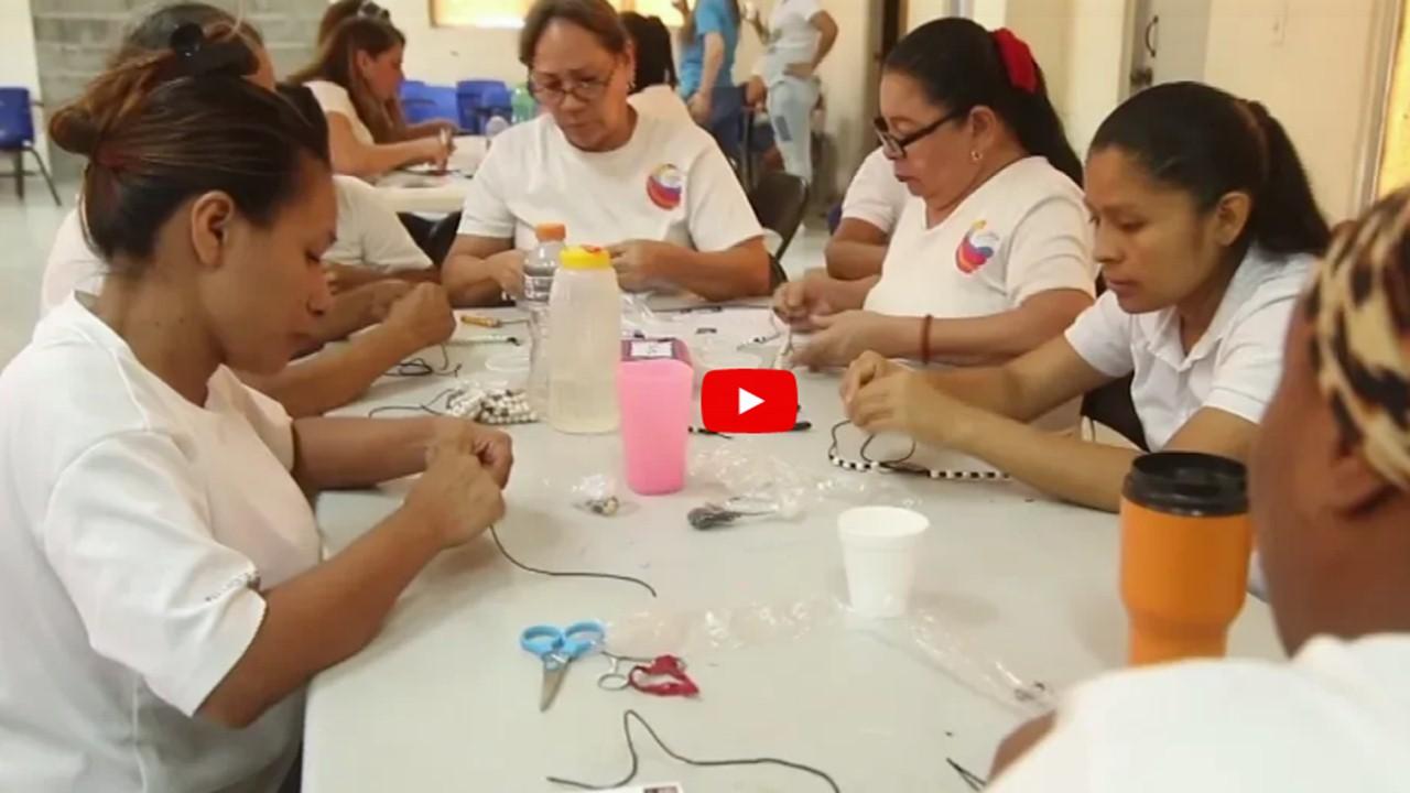 Las historias de las reclusas que hacen los rosarios de la JMJ
