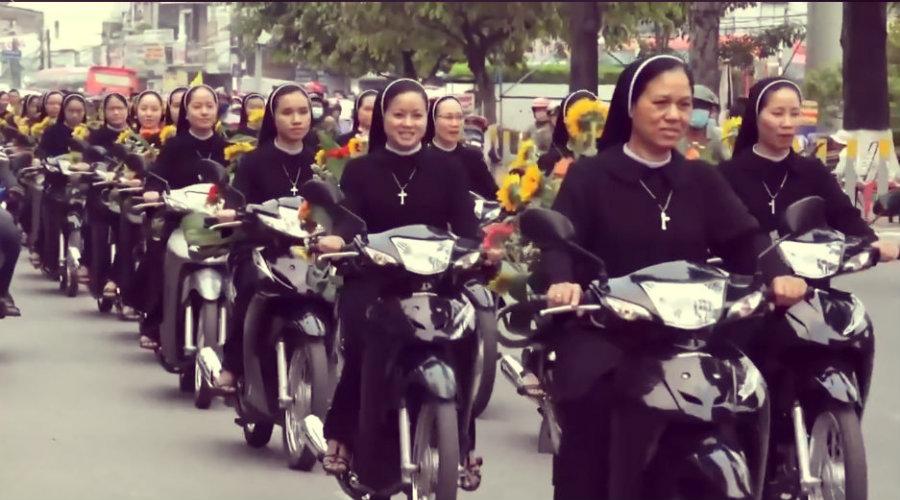 CURIOSA HISTORIA    Monjas en moto para escoltar a la Virgen María