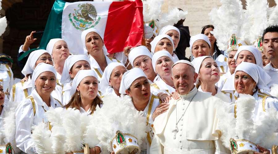 El Papa con algunos mexicanos en la Audiencia. Foto: Daniel Ibáñez / ACI Prensa